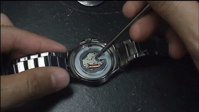 cambiar la pila a un reloj de pulsera