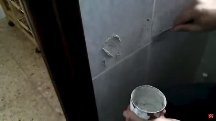 tapar un agujero en un azulejo