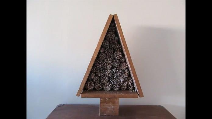 árbol de navidad con piñas.